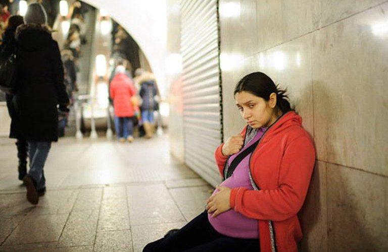 Девятнадцатилетнюю беременную девушку, которая просила милостыню, спас совершенно незнакомый человек