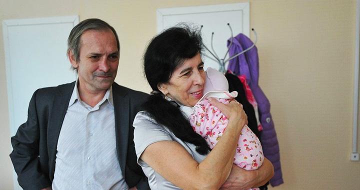 Врачи не давали никаких надежд, но она родила в 60 лет! Как сегодня растет маленькая Клеопатра
