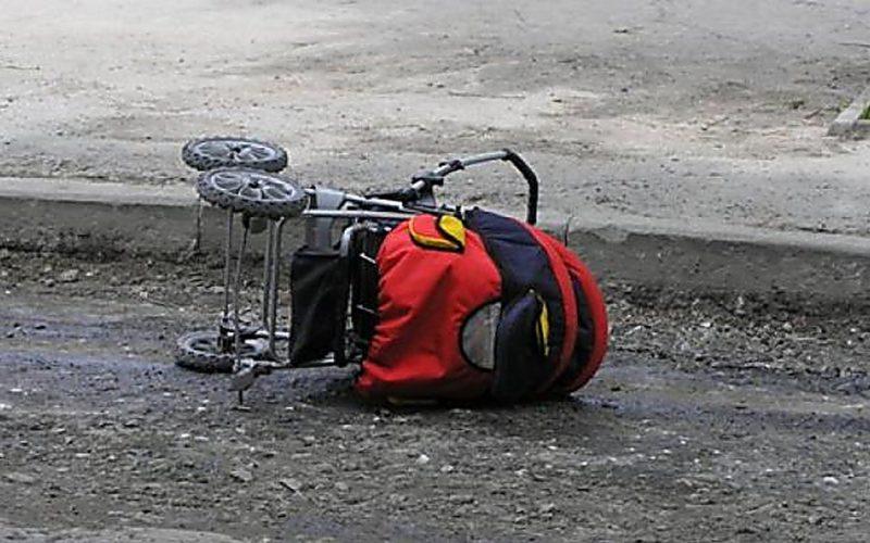 Девушка открыла дверь машины и сбила коляску. Ребенок выпал из нее