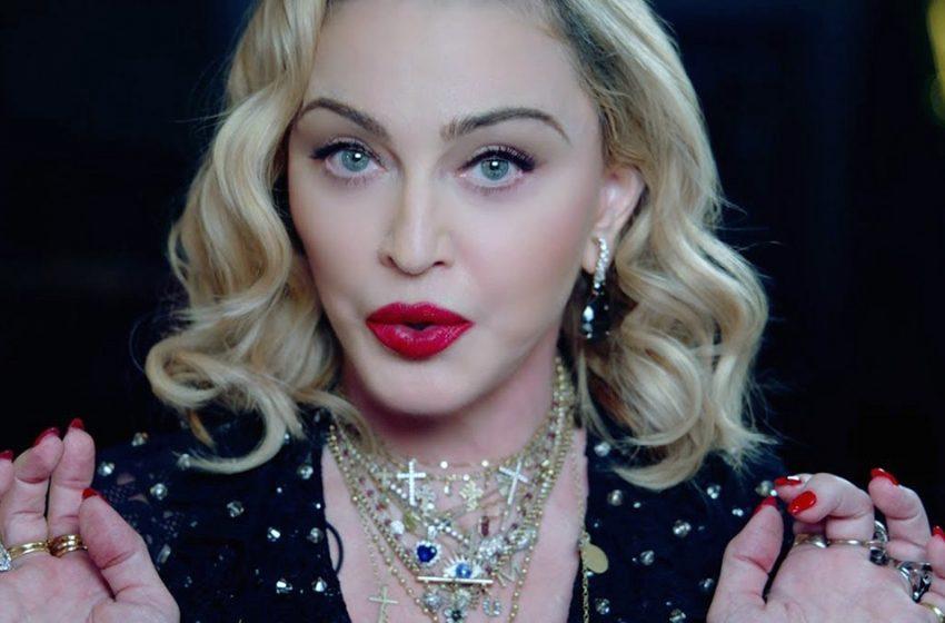 «Меня трясет»: Мадонна засветила свои пышные формы в ванной комнате