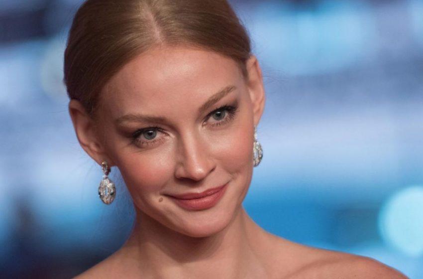 «Космическая просто»: Ходченкова очаровала фанатов пикантным снимком в бассейне