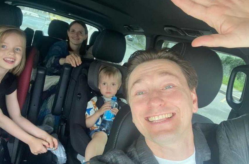 «В семье пополнение»: Сергей Безруков поделился снимком и видеороликом с новорожденным малышом