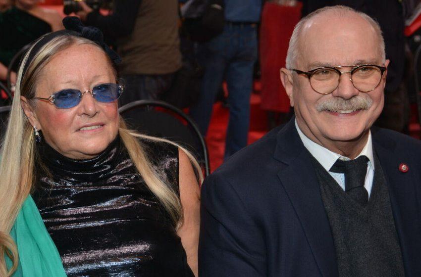 «Старушка показала причиндалы»: 74-летняя супруга Михалкова решила покрасоваться фигурой