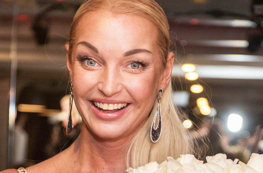 «Плачь, Ван Дамм»: Волочкова в шпагате на байке вновь удивила пользователей Сети